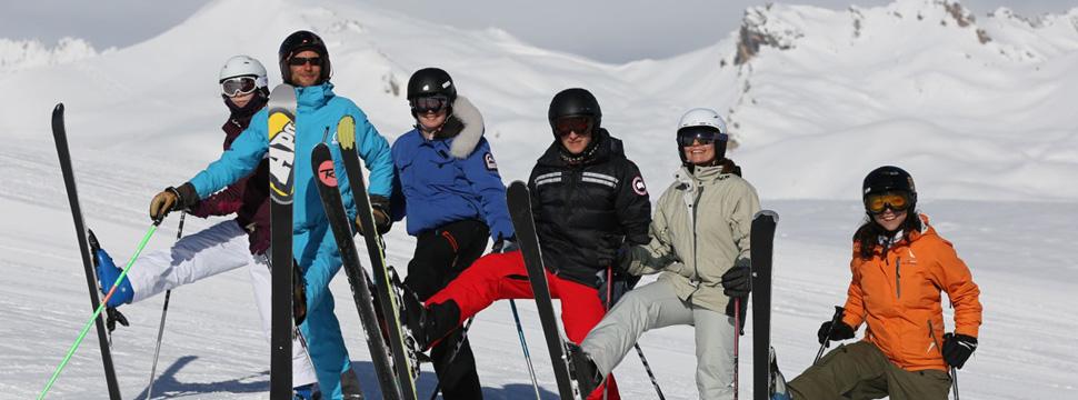 Des skieurs au sommet de la station de Serre Chevalier