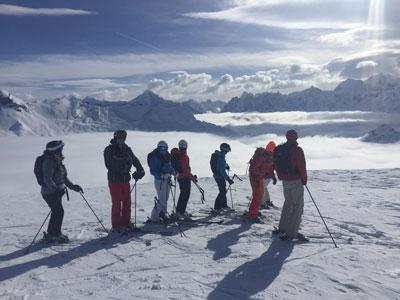 adultes en cours de ski collectif