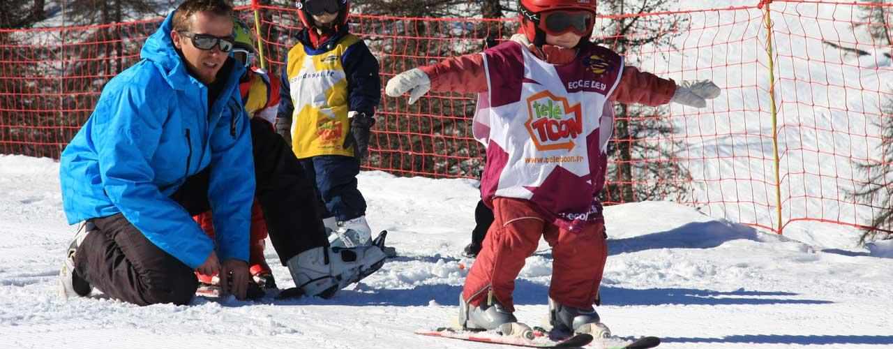 Jeunes skieurs au jardin d'enfant