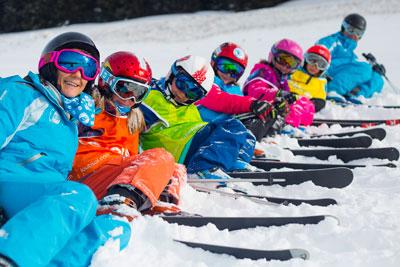 jeunes skieurs allongés dans la neige