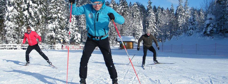 Deux skieurs en cours de skating