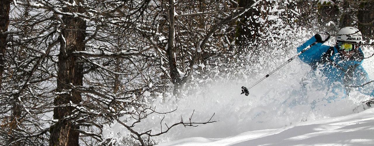 Un skieur dans la poudreuse