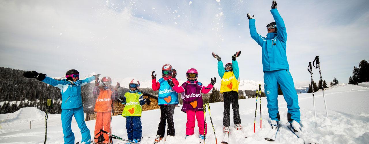 Des skieurs et leurs moniteurs